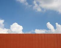 Barrière en bois et ciel bleu Photographie stock libre de droits
