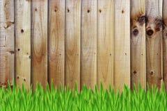 Barrière en bois et herbe verte Image stock