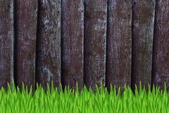 Barrière en bois et herbe verte Image libre de droits