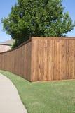 Barrière en bois intéressante d'une maison dans l'arrière-cour Images stock