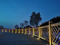 Barrière en bois, planchers en bois, belle vue de nuit images stock