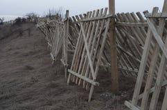 Barrière en bois près de chemin de fer Image libre de droits