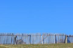 Barrière en bois rustique autour des vaches et du ciel bleu d'espace libre Le beau su Image stock