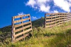 Barrière en bois sur la montagne Photographie stock libre de droits