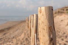 Barrière en bois sur la plage Photo libre de droits