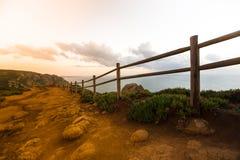 Barrière en bois sur le cap Roca (roca du DA de cabo) Image stock