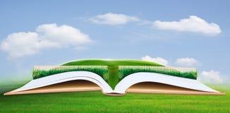 Barrière en bois sur le champ vert avec l'espace libre pour la suffisance un certain objet au présent Photos stock