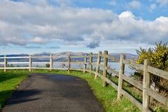 Barrière en bois sur un chemin côtier Photographie stock libre de droits