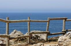 Barrière en bois sur une colline Photographie stock libre de droits