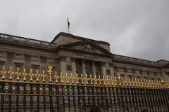 Barrière en dehors de Buckingham Palace, Londres, Angleterre Photos libres de droits