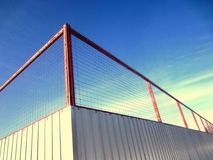 Barrière en métal avec la maille La protection de la feuille ondulée et le métal engrènent la barrière photographie stock