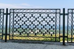 Barrière en métal de ferronnerie - détail de belle barrière forgée manuelle décorative en métal Images stock