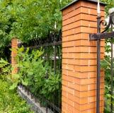 Barrière en métal et buisson, haie verte Images libres de droits