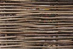 Barrière en osier dans la campagne Fond de la barrière des brindilles images stock