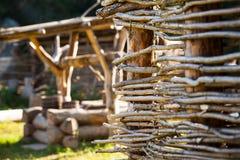 Barrière en osier rurale dans le village Photo stock