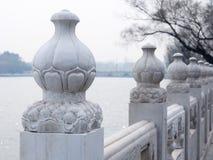 Barrière en pierre orientale en parc de Beihai images stock