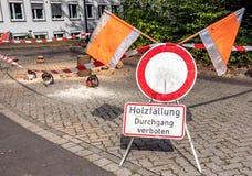 Barrière en waarschuwingsbord met de Duitse nota: registreren, belemmerde passage stock afbeelding