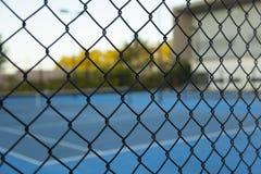 Barrière et court de tennis photo libre de droits