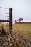 Barrière et grange en bois Photo stock