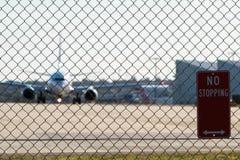 Barrière et signe de sécurité dans les aéroports Photographie stock libre de droits