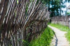 Barrière faite de branches, route Photos stock