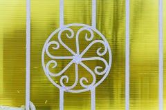 Barrière figure en métal blanc sur un fond jaune Image libre de droits