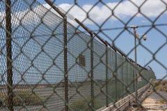 Barrière/frontière de Barbwire Photo stock