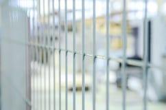 Barrière gris-clair en métal Plan rapproché, foyer sélectif images stock