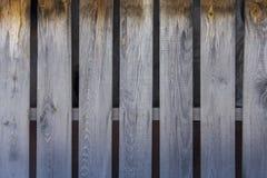 Barrière jaune grise des panneaux en bois secs, lignes verticales Texture de surface approximative photo stock