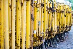 Barrière jaune, près de la route, manière photos stock