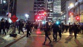 Barrière masquée de traction d'émeutiers dans la rue banque de vidéos
