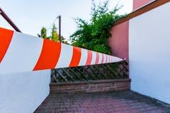 Barrière mince blanche rouge Outside Safety de bande de précaution Photo libre de droits