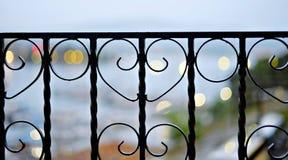 Barrière noire en métal, plan rapproché décoratif de fonte images stock