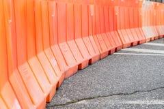 Barrière orange sur la route photo libre de droits