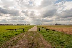 Barrière ouverte au début d'une longue route droite Image libre de droits
