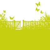 Barrière, porte et pelouse de jardin