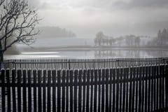 Barrière près de l'étang en hiver Photo stock