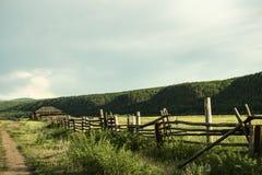 Barrière près de la route photo libre de droits