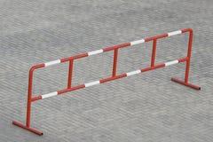 Barrière restant sur le pavage en pierre de bloc Photographie stock