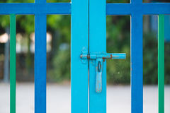 Barrière rose de couleur avec la sécurité au jardin d'enfants Image libre de droits