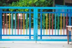 Barrière rose de couleur avec la sécurité au jardin d'enfants Photos stock