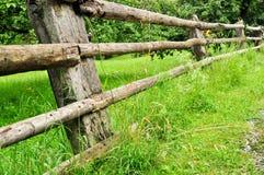 Barrière simple dans l'herbe verte image stock