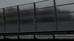 Barrière sombre sur le pont banque de vidéos