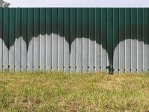 Barrière Une partie du colorant a été brûlée dans l'herbe du feu Photos stock