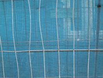 Barrières avec la gaze transparant bleue photographie stock libre de droits