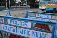 Barrières bij de straat klaar voor gebruik door politie in Kolkata Stock Foto's