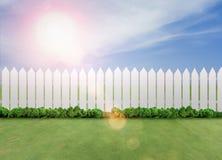 Barrières blanches sur l'herbe verte image libre de droits