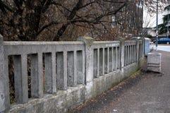 Barrières concrètes entourées par des arbres images libres de droits