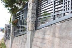 Barrières décoratives de fer travaillé sur le mur photos stock