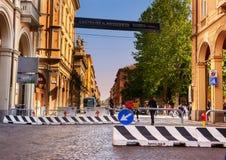 Barrières d'anti-terrorisme sur la rue principale du ` s de Bologna sur un militaire de carrière image stock